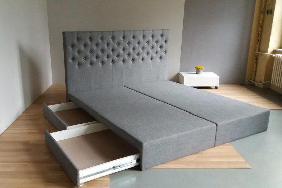 Čalouněná postel sprošitým čelem knoflíky