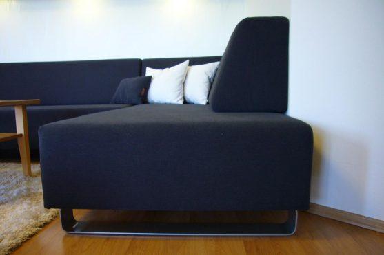 Moderní sedací souprava staburetem a relaxačním křeslem