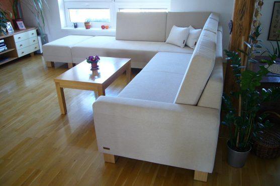 Rohová sedací souprava sopěrákovými polštáři a taburetem